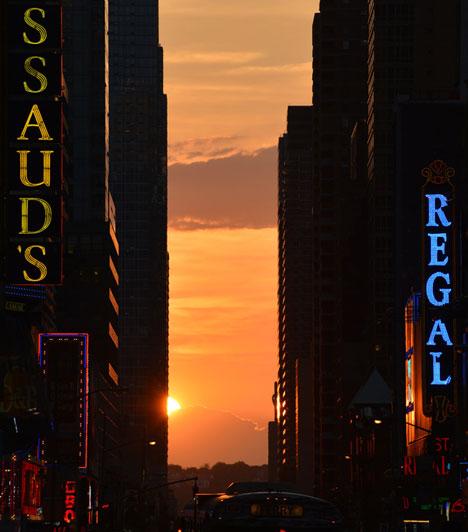 Manhattanhenge                         A Stonehenge után Manhattanhenge-nek nevezik a jelenséget, amikor napfénybe borulnak a város utcái: a Nap csak a tavaszi és őszi napéjegyenlőségkor kel és nyugszik pontosan keleten és nyugaton, a két dátum között pedig a megfigyelő egyenlítőtől való távolságától függő határok között vándorol a horizonton. Mivel Manhattan kelet-nyugatinak mondott utcái valójában 29 fokos szöget zárnak be a kelet-nyugati iránnyal, ennek megfelelően a Manhattanhenge is szabályos távolságra van az egyes napfordulóktól, és amikor a Nap a megfelelő pozícióba ér, évente egyszer csodálatos fényárba füröszti az utcákat.