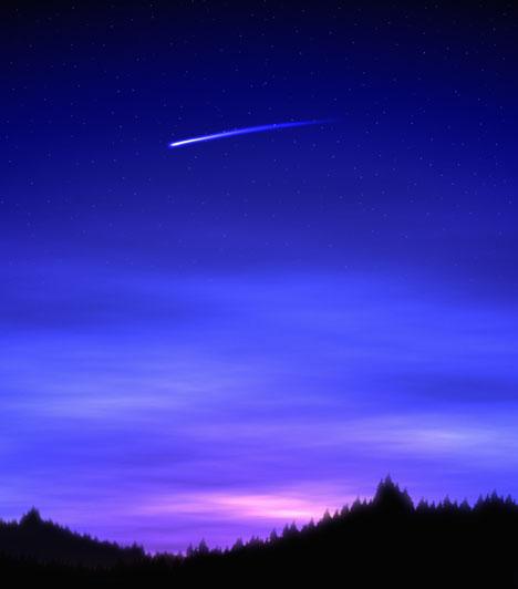 Perseidák meteorraj                         A Perseidák az egyik legismertebb, fényes meteorokat és sűrű hullást produkáló meteorraj, melynek szülőégitestje a 109P/Swift-Tuttle üstökös. A perseidák maximuma augusztus 12-augusztus 13-re esik, a köztudatban emiatt augusztus a hullócsillagok hónapja. A raj sok apró porszemcséből áll, melyek a földi légkörben nagy sebességük következtében felhevülnek és elégnek, a földfelszínt nem érik el. Megfigyelésükre legalkalmasabb a hajnali időszak.