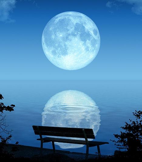 Kék Hold                         Kék holdnak azokat a naptári helyzeteket nevezik a csillagászatban, amikor valamelyik hónapban kétszer van telihold. A holdfázisok 29,5 naponként ismétlődnek, és mivel a naptári hónap is megközelítőleg ennyi napból áll, általában havonta csak egyszer van telihold. Előfordul azonban, amikor ugyanabban a hónapban kerül sorra a következő telihold is. A jelenség általában 2,66-évente ismétlődik, de előfordul, hogy gyakrabban.