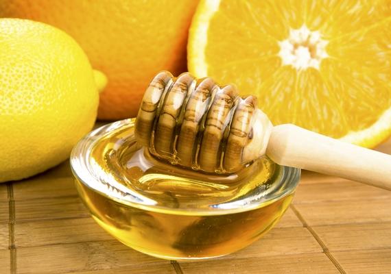 Pattanásra ajánlják, hogy fagyassz le egy félbevágott citromot, majd csepegtess rá mézet, és nyomd a gyulladt puklira. A méz valóban hatásos lehet, és a hideg is nyugtatja a bőrt, ám a citrom maró hatása miatt komoly bőrirritációt okozhat.