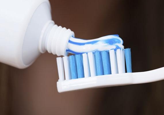 Több helyen ajánlják a körmök elszíneződésének házilag történő javítására a fehérítő fogkrémet. Kipróbáltuk körömlakktól enyhén sárgás körmökön, nem működött.