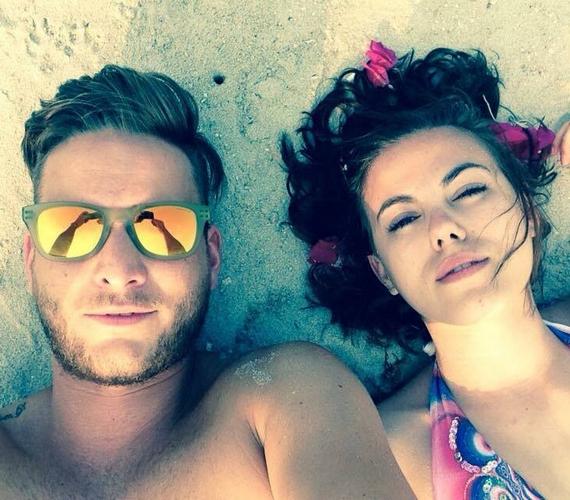 """Az énekesnő korábban egy párjával közös képet is megosztott, melyhez ezt írta: """"Szeretet van. És hullámokkal teli egymásrahangolódás."""""""