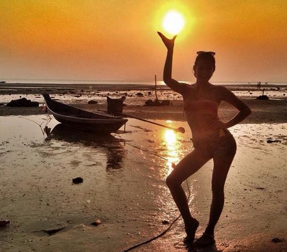 A nyaralás első napjaiban még csak bikinis sziluettjét mutatta meg egy ötletes fotón.