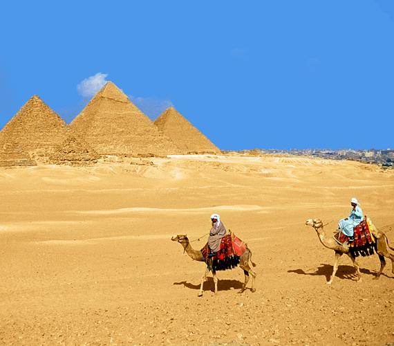 Eggyel előttünk Egyiptom a piramisokkal.