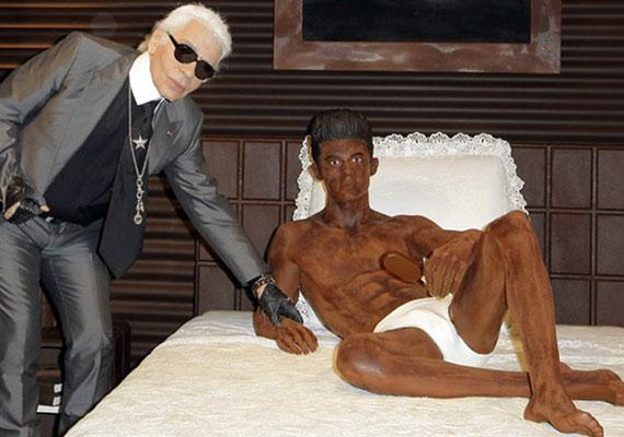 Karl Lagerfeld nemrég aktuális barátja, a modell Baptiste Giabiconi testét formáltatta meg az édességből.