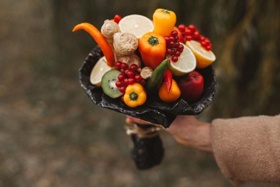 Karolina Samalé fogott pár citromot, paprikát, gyömbért és narancsot, és valami zseniálist alkotott belőlük: ez a csokor bizonyára nem a kukában végzi majd.