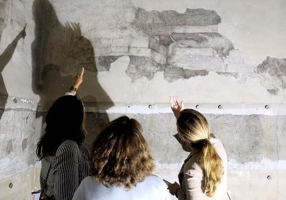 Da Vinci freskóit lemeszelték, majd fadeszkákkal takarták le. Ezek alatt találták meg a freskók darabjait.