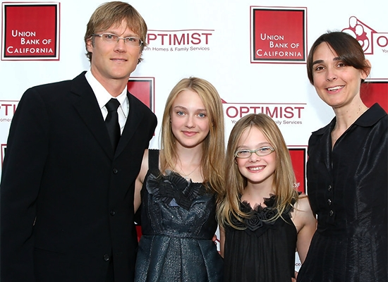 Nem meglepő, hogy rácsodálkoztak Steve Fanning megjelenésére, hiszen Dakota és Elle Fanning szülei nem sokszor mutatkoznak a nyilvánosság előtt, legutóbbi családi képük sem most készült.