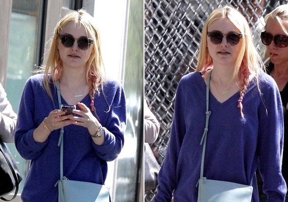 Dakota kócosan, kinyúlt pulcsiban és ódivatú napszemüvegben sétálgatott az utcán.