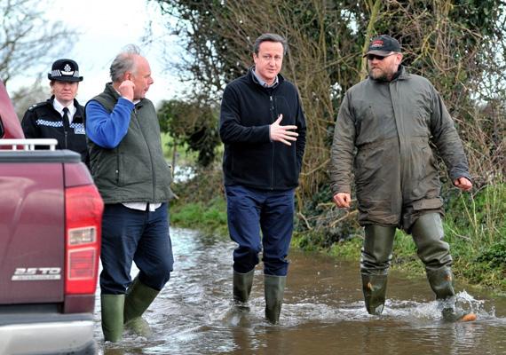 David Cameron brit miniszterelnök is gumicsizmában sietett a helyszínre, akárcsak nálunk Orbán Viktor.