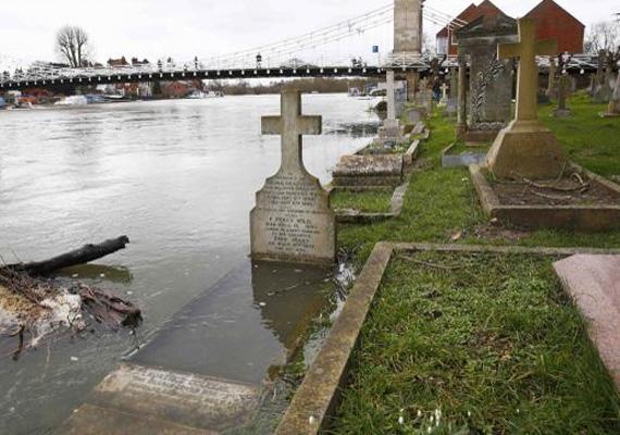 Még a sírok is víz alá kerültek Dél-Londonban.