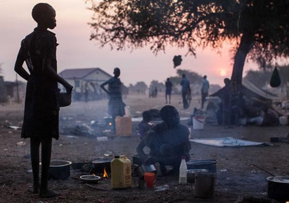 Nagyjából 80 ezer ember kényszerült a Bortól 16 kilométerre elhelyezkedő Minkammen területére, ahol poros sátrakban kénytelenek átvészelni a harcokat.