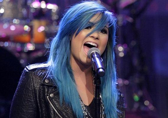 Demi áfonyakék fürtökkel állt a közönség elé. Az énekesnő mindig egy kicsit vadóc volt, így nem ütött el a stílusától az új hajszín.