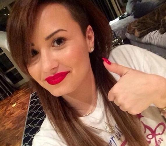 Áprilisban a haja visszakapta eredeti árnyalatát. Demi ekkor azt írta a közösségi oldalakon, hogy most egy darabig pihenteti a fürtjeit.