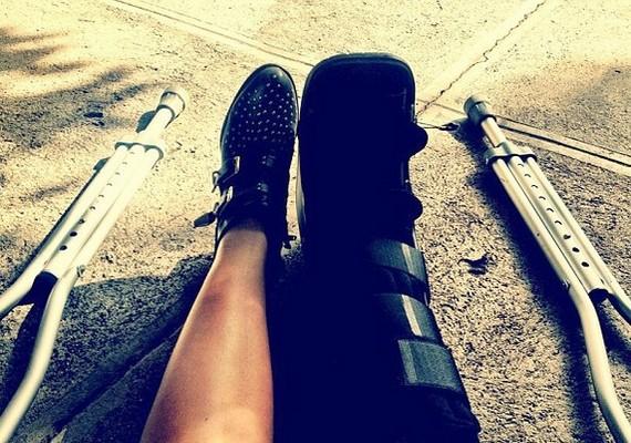 Demi február elején egy fotó segítségével tudatta rajongóival, hogy eltört a lába.
