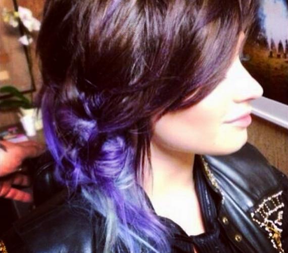 Saját bevallása szerint imádja ezt a stílust - most lila és ezüst színátmenetet festetett a hajába.