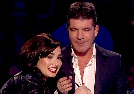Mikor Simon Cowell megpróbálta felkonferálni csapatát, az Emblem 3 zenekart, Demi elrántotta előle a mikrofont.