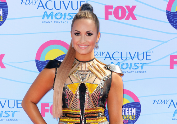 A másik Disney-üdvöske, Demi Lovato sem úszta meg a hirtelen sikerrel járó nyomást. Mint kiderült, a színész-énekesnő bipoláris zavarral küzdött, amit mániás depressziónak is neveznek.