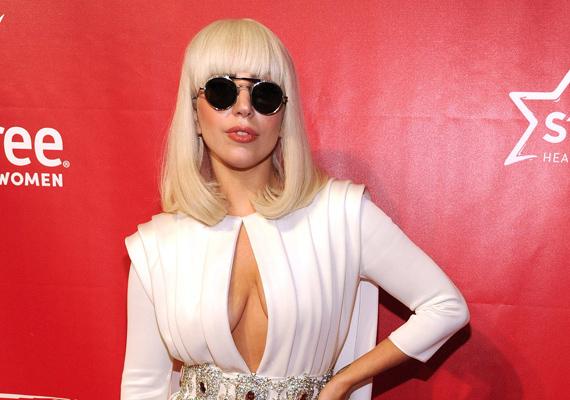 Sokszor úgy tűnik, hogy Lady Gagáról minden lepereg, pedig az énekesnőnek is volt egy nehezebb időszaka, amit így kommentált:- Dühös voltam, cinikus, és mély szomorúság lett rajtam úrrá, úgy húzott le, mint egy horgony, bármerre is jártam. Úgy éreztem, haldoklom, hogy elveszítem a fénysugarat - mondta el Gaga őszintén.