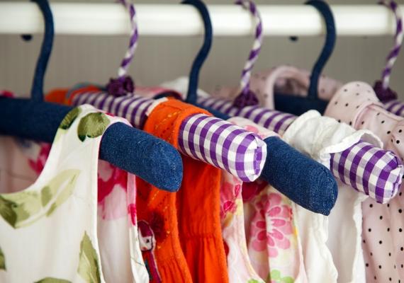 Vedd le a kupakot a golyós vagy stift dezodorról, és helyezd a szekrény aljába úgy, hogy ne tudja összekenni a ruhákat! Ez sokáig friss illatot biztosít a szekrényben, de néhány havonta cseréld le egy újra, mert ha megromlik, kellemetlen szaga lehet.