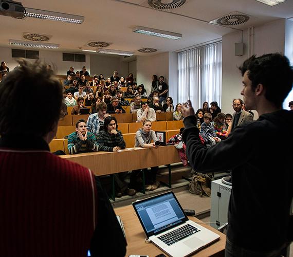 A demonstrálók az egyetemet érintő pénzelvonás miatt az oktatást több teremben megszakították.