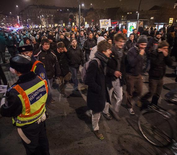 Tiltakozók a Károly körúton.