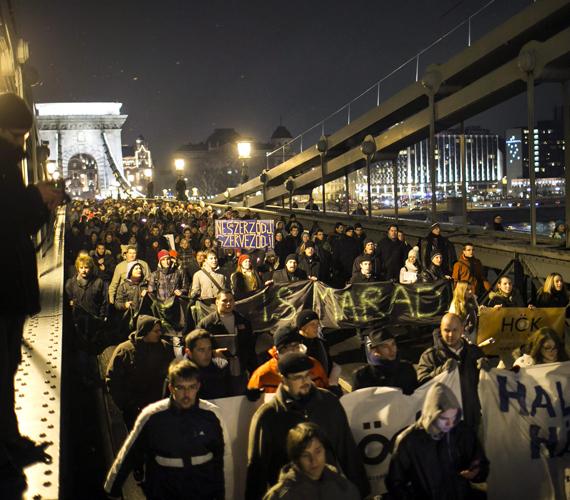 Akik a Lánchídon is megakasztották a forgalmat.