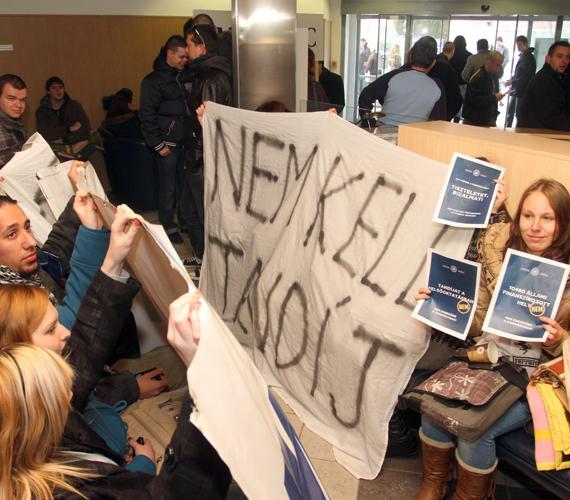 Diákok demonstrálnak kedden Miskolcon a Borsod-Abaúj-Zemplén Megyei Kormányhivatal miskolci épületében, a kormány napokban elfogadott felsőoktatási koncepciója, azon belül elsősorban a keretszámok tervezett csökkentése ellen.