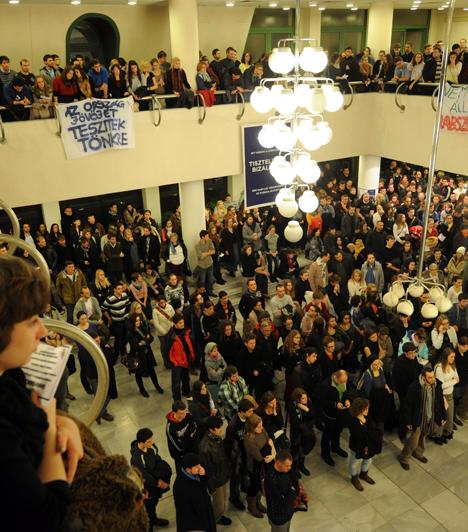És Pécs is                         Tiltakozó akció a Pécsi Tudományegyetem Bölcsészettudományi Karán kedden. A szervezők összefogásra szólítottak fel a kormány oktatáspolitikai intézkedéseinek megváltoztatásáért. A demonstrálók egy része, körülbelül 300 ember ezután elhagyta az aulát, és elindult Pécs főterére, hogy kifüggessze a követeléseket. A többiek maradtak, hogy bővebben is kifejthessék véleményüket.