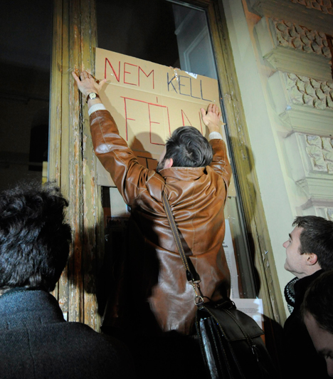 """Szeged, 3. nap                         2012. december 12. Szerda. A Szegedi Tudományegyetemen hétfőn tartott fórum szervezői újabb tiltakozó akciót rendeztek szerdán. Medvegy Gábor szervező azt mondta, hogy a szegedi intézmény """"végveszélybe kerül"""" a kormány tervezett intézkedései miatt. Az egyetem hallgatói délután át akarták adni követeléseiket a Fidesz helyi irodájában, de az épület zárva volt. A demonstrálók teleragasztották az iroda portálját, hogy """"a fideszes politikusok is megtapasztalhassák, milyen a kilátástalanság""""."""