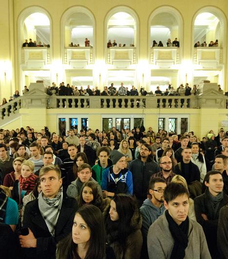 Debrecen                         Résztvevők a felsőoktatást érintő kormányzati intézkedések miatt összehívott hallgatói fórumon a Debreceni Egyetem díszudvarán. Az egyetem díszudvarában megjelent hallgatók és a felszólalók abban állapodtak meg, értelmiségiként csakis törvényes keretek közt kívánnak tiltakozni. A hallgatók közül mintegy százan a fórumot követően gyalog vonultak az egyetemről a belvárosba.