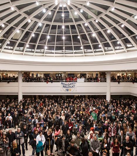 A fővárosban folytatódott  2012. december 10. Budapest. A Hallgatói Hálózat tiltakozó akciója a felsőoktatási keretszámok csökkentése ellen az ELTE lágymányosi kampuszán. A szervezők követelték a köz- és felsőoktatás átfogó reformját az érintettek bevonásával, a felsőoktatási keretszámok két és fél évvel korábbi meghatározását, a forráskivonás leállítását, az elvonások kompenzálását, a hallgatói szerződés eltörlését, valamint azt, hogy ne korlátozzák az egyetemi autonómiát, és azt, hogy minden képzési helyen legyen államilag támogatott hely.