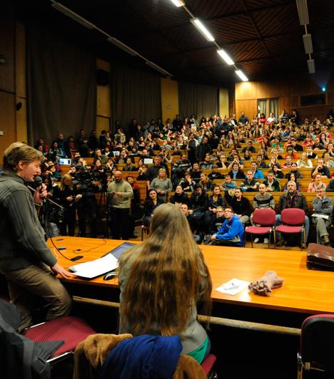 Az egyetemen is tiltakoztak  A felsőoktatást érintő kormányzati intézkedések ellen tiltakozó hallgatók a Szegedi Tudományegyetem auditóriumában, egy nyílt fórumon, ami után mintegy kétszáz hallgató átvonult a Csongrád megyei kormányhivatal épületéhez, hogy csatlakozzon társaihoz.