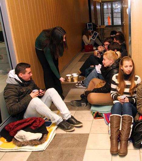 """Másnap Miskolc is csatlakozott                         Budapest, 2012. december 11. Kedd. Diákok demonstrálnak Miskolcon a Borsod-Abaúj-Zemplén Megyei Kormányhivatal miskolci épületében. Az egyetemisták a hivatal előterében letáborozva várták, hogy Demeter Ervin kormánymegbízott megérkezzen Budapestről, és átadhassák neki petíciójukat. Követeléseik között szerepelt az autonóm, politikától független felsőoktatás, """"az ifjúságot romba döntő intézkedések"""" azonnali befejezése, és a Miskolci Egyetem karainak jelenlegi formában történő megmaradása."""