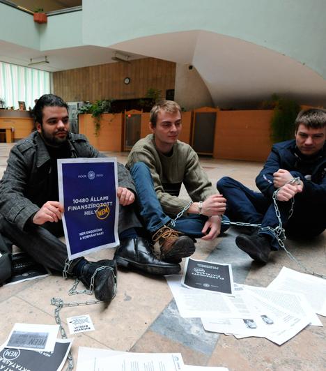 """Szegeden kezdődött                         Szeged, 2012. december 10. Hétfő. Három szegedi oktató és negyven szegedi egyetemista, köztük a Hallgatói Hálózat aktivistái, elfoglalták a Csongrád Megyei Kormányhivatal földszintjét. Az aktivisták magyarázatot követelnek """"a felsőoktatást romba döntő"""" intézkedések okairól."""