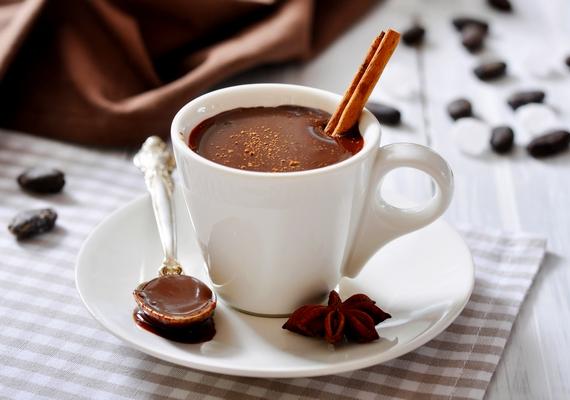 Karácsonyi aromájú, fűszeres forró csokit kapsz, ha fahéjjal, szegfűszeggel, csillagánizzsal és egy kevés reszelt narancshéjjal ízesíted.