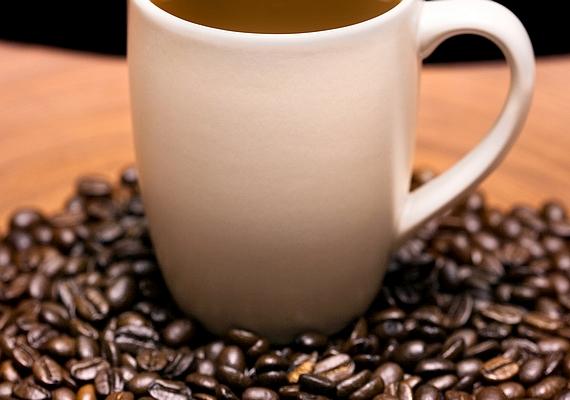 Ha nemcsak a csoki, de a kávé szerelmese is vagy, törj össze egy marék kávébabot, és keverd a forró csokiba! Egy kis rumaromával is megbolondíthatod.