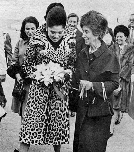 Carmen Polo, Francisco Franco felesége  A spanyol diktátor, Franco felesége - a képen jobbra - nemesi családból származott. A Franco-rezsim idején a legbefolyásosabb nőnek számított, fontos szerepet játszott a politikában, többek között Carlos Arias Navarro megválasztásában, valamint a sajtó cenzúrázásában. Egyetlen gyermekük született, Carmen Franco Polo, aki könyvet is írt arról, milyen volt egy diktátor lányaként élni.