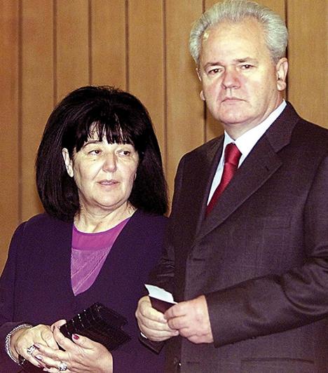 Mirjana Markovic, Slobodan Milosevic felesége  Mirjana és a jugoszláv és szerb diktátor gyerekkoruk óta barátok voltak, a házasságig végül 1965-ben jutottak el. Két gyermekük született, egy fiú és egy lány. Mirjana a belgrádi egyetemen szociológiából doktorált, ideológiáját tekintve pedig feminista, továbbá keményvonalas kommunista volt. Férje legbizalmasabb tanácsadóinak egyike volt.  Kapcsolódó kvíz: Nők, akik sosem mentek férjhez»