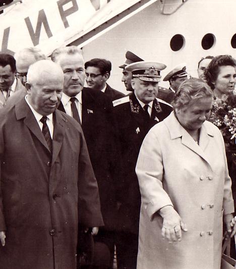 Nina Petrovna Kukharchuk, Hruscsov felesége  Nina és Nikita Hruscsov 1924-ben házasodtak össze, miután a vezető első felesége a nagy orosz éhínség idején életét vesztette. Hruscsov mellett élete végéig kitartott asszonya - a rossz nyelvek szerint csak a főzéshez és a háztartáshoz értett, mégis ő irányította férjét. Csak negyven év után törvényesítették kapcsolatukat. Nina 13 évvel élte túl férjét.