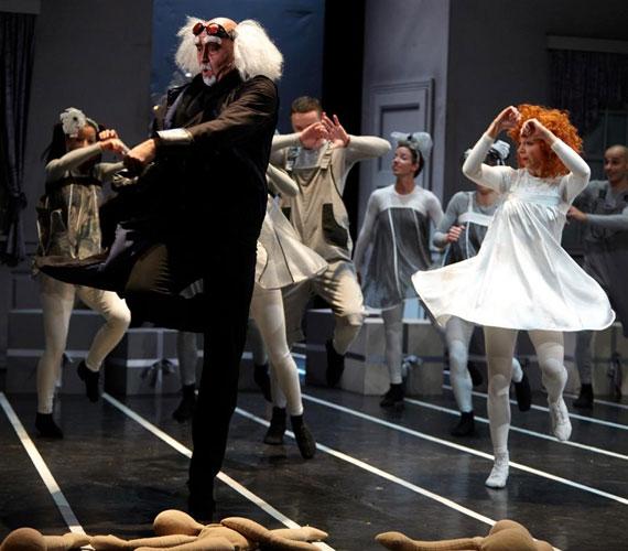 Jelenet a darabból: Drosselmeyer és a gyerekek.  Fotó: Dusa Gábor és Dusha Béla