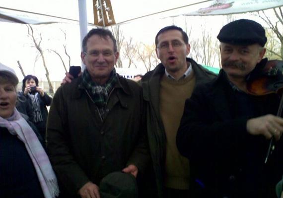 """2010 márciusában. Varga a következő szöveggel posztolta a képet: """"De ez sem volt rossz! Az abádszalóki böllérversenyen Szapáry Gyurival énekeltünk. Ha kell elhúzzuk az IMF nótáját... :)"""""""