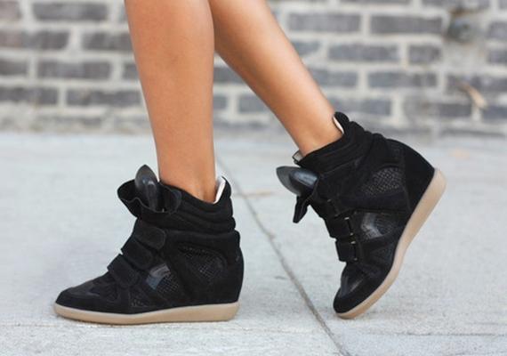 A platform tornacipők után itt a rejtett magas sarokkal ellátott edzőcipő, ami valószínűleg hamarosan szintén az érthetetlen kategóriába tartozik majd.