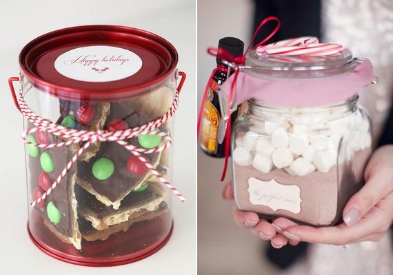 Ha az ajándékozottad édesszájú, mutatós üvegbe zárt finomságokkal biztosan örömet szerzel. Legyen az akár házi készítésű, tartós keksz, süti vagy a forró csoki száraz alapanyagai, pillecukorral.