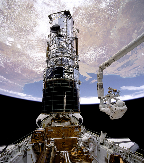 Story F. Musgrave a Hubble javítása közben                         19 éves működése alatt az űrteleszkóp eddig közel 900 ezer megfigyelést végzett, és körülbelül 29 ezer objektumról készített közel 600 ezer felvételt. Bár még jelenleg is kifogástalanul működik, várhatóan 2013-ban a James Webb Űrteleszkóp váltja majd fel.