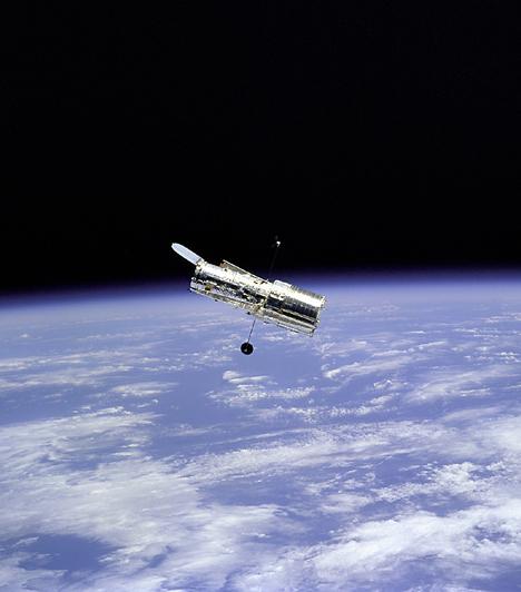 A Hubble űrteleszkóp                         Az űrkorszak eddigi legsikeresebb eszközét, a Hubble űrteleszkópot 1990. április 24-én, a Discovery űrrepülőgép robotkarja segítségével, annak rakteréből kiemelve állították Föld körüli pályára. A Hubble az asztrofizika számos területét helyezte új megvilágításba, és több kutatási terület köszönheti létét a teleszkópnak.