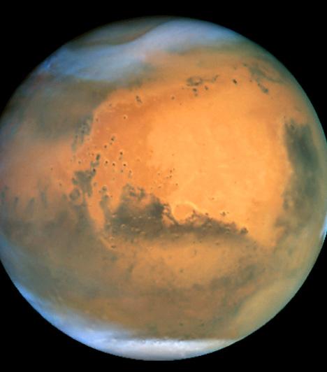 A Mars                         2003-ban a Mars különösen közel került a Földhöz. Ez tette lehetővé, hogy a Hubble minden eddiginél részletesebb felvételeket készíthessen a vörös bolygóról. Ezeken kristálytisztán látszik a Mars déli sarkvidékét borító jégsapka, valamint a vöröses felszínt pettyező kráterek sora.                                                  Kapcsolódó cikk:                         3 bizonyíték, hogy van élet a Földön kívül »