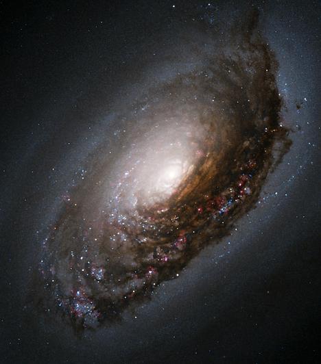 A Messier 64 spirálgalaxis                         A Messier 64 különlegessége, hogy a fő síkjában található csillagok ellenkező irányba forognak, mint a galaxis külső részében forgó csillagközi gáz és por. Ennek oka valószínűleg az, hogy a galaxis korábban egy másikkal ütközött érintőlegesen. Ehhez hasonló jelenségre eddig nem bukkantak a csillagászok.                                                  Kapcsolódó cikk:                         Az univerzum 3 hihetetlen csodája »