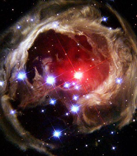 A V838 Monocerotis lakomája                         A V838 Monocerotis néven ismert csillag 2002 januárjában minden addiginál fényesebb lett - 600 ezerszer ragyogóbb, mint a Nap. A kutatók akkor még nem tudták, mi lehet ennek az oka. A csillag fénykibocsátásának elemzése során azonban kiderült: a csillag alig néhány hónap leforgása alatt három bolygót is bekebelezett. A Hubble-nek sikerült megörökítenie a lakomát.