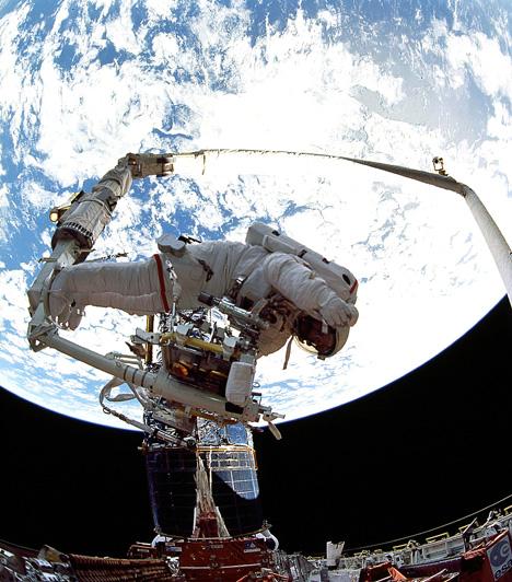 A Hubble, szerviz közben                         A Hubble szerepe kiemelkedő a csillagászati ismeretterjesztés terén is, hiszen a kamerái által rögzített felvételek korábban elképzelhetetlen részletességgel tárják az érdeklődők elé a világegyetem objektumait.                                                  Kapcsolódó cikk:                         3 meglepő tény az univerzumról »